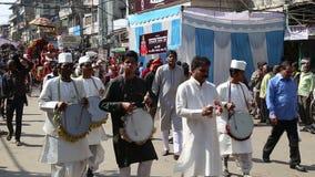 结合演奏音乐在街道在德里,当人通过  股票视频