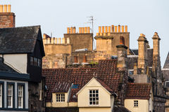 总合烟囱和屋顶在爱丁堡的老镇,苏格兰 图库摄影