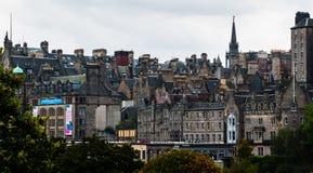 总合烟囱和屋顶密林在爱丁堡的老镇, Scot 库存照片