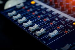 合理的操作员控制台 控制搅拌机面板声音 音乐录音室 库存照片