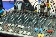 合理的音乐搅拌器控制板,音频混合的委员会 库存照片