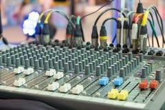 合理的音乐搅拌器控制板,音频混合的委员会 免版税库存照片