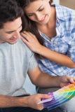结合看颜色样品装饰他们的房子 免版税库存照片