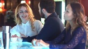 结合笑和有好时光在酒吧 库存照片