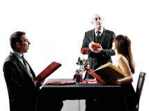 结合约会晚餐剪影的恋人 免版税库存照片