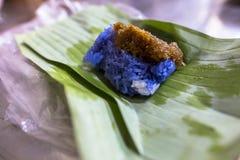 合艾泰国紫色颜色米街道食物在bokeh背景的 库存图片