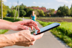 结合赛跑,跑步在农村街道上的体育 免版税库存照片