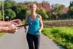结合赛跑,跑步在农村街道上的体育 库存图片