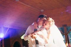 结合跳舞第一个舞蹈的新娘和新郎 库存图片