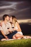 结合酒水杯在浪漫日落野餐的 免版税库存图片