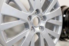 合金车轮 优美的镀铬物汽车外缘侧视图  卡车铝轮子 钢轮子 裁减路线 图库摄影