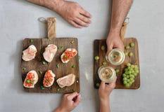 结合饮用的酒和酒的吃开胃菜 免版税库存图片
