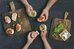 结合饮用的酒和酒的吃开胃菜 免版税库存照片