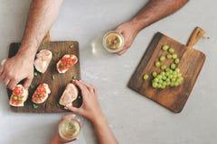 结合饮用的酒和酒的吃开胃菜 库存图片