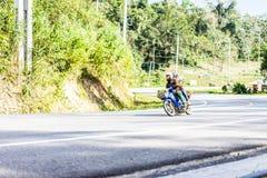 结合骑在绿色山的一辆摩托车 免版税库存图片