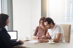 结合购买,租赁公寓,签协议合同 免版税图库摄影