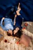 结合说谎在与枕头和甜点的木地板上 库存图片