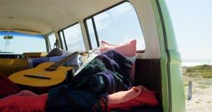 吉他、布料和毯子在van 4k 股票录像