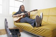 吉他人使用 免版税库存图片