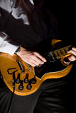 吉他人使用 免版税库存照片
