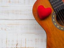吉他和红色心脏在白色木纹理背景 Lov 库存照片