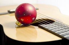 吉他圣诞节球 库存照片