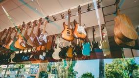吉他在塞浦路斯商店,利马索尔,塞浦路斯, 04威严2017年 库存照片