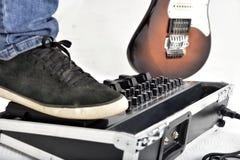 吉他在白色背景的作用设备 免版税图库摄影