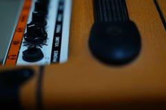 吉他在词容量的报告人焦点 免版税图库摄影