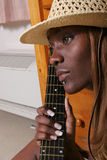 吉他她的音乐家 图库摄影