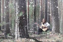 吉他弹奏者在野餐的森林 有音响的一位音乐家 库存图片