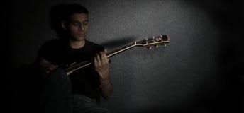 吉他弹奏者年轻人 免版税库存照片