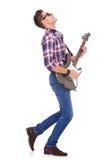 吉他弹奏者热情使用 免版税库存照片