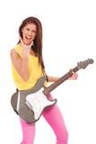 吉他弹奏者热情的使用的妇女年轻人 免版税库存图片