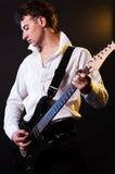 吉他弹奏者衬衣白色 免版税库存图片