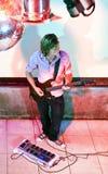 吉他弹奏者阶段 库存图片