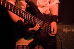 吉他弹奏者(正面图) 免版税库存照片