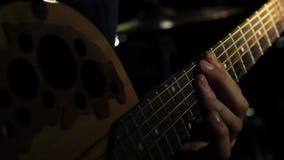 吉他手用吉他脖子上弦演奏和弦 股票录像