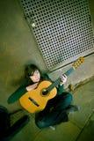吉他执行者年轻人 库存照片