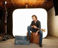 吉他演奏员在工作室 库存照片