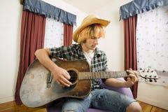 吉他演奏员年轻人 免版税库存照片