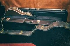吉他的坚硬盒在墙壁 免版税图库摄影
