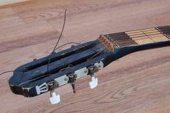 吉他的床头柜 库存照片