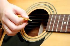 吉他pickin 库存照片