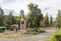 吉尔吉斯斯坦,伊塞克湖- 2016年8月18日:对英雄的纪念碑  库存图片