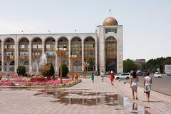 吉尔吉斯斯坦:走在喷泉附近的人们在 免版税库存图片