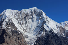 吉尔吉斯斯坦-落从Chapaev峰顶(6731m)的雪雪崩 库存图片