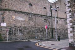 吉尼斯仓库周围,讲啤酒厂的经验爱尔兰` s著名啤酒的传说在圣詹姆斯` s门的 图库摄影