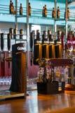 吉尼斯分与的酒吧轻拍 免版税库存照片
