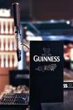 吉尼斯在quinness仓库啤酒厂的草稿柜台 免版税库存照片